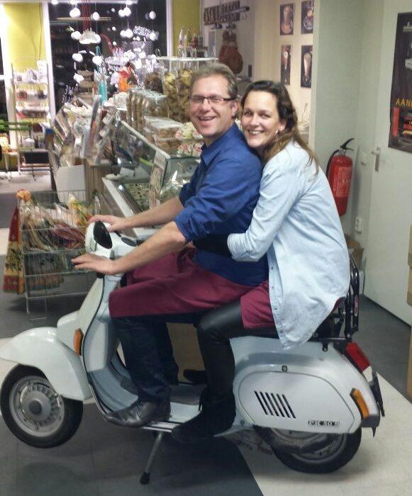 Ed en Romina op de scooter